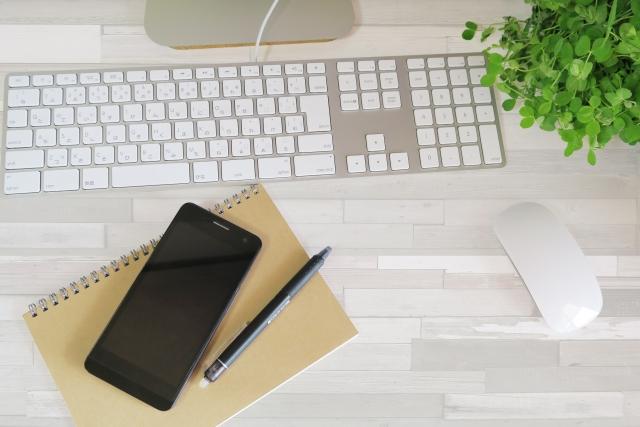 仕事用のスマホとキーボード