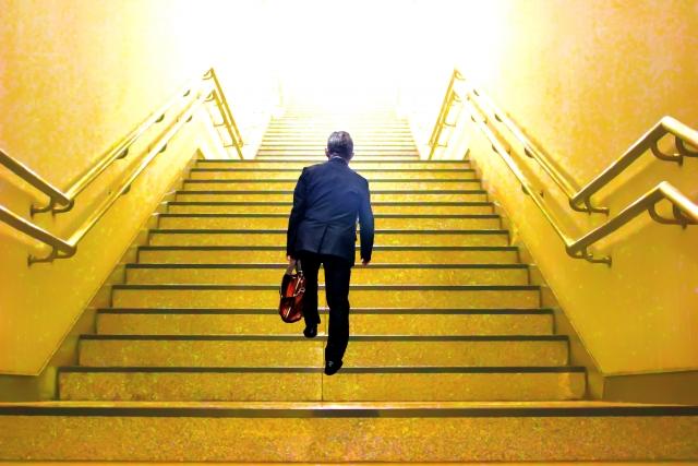 ビルの階段を登る人