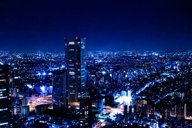 夜景の中のビル群