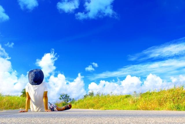 激務に疲れて空を見上げる人