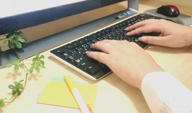 パソコン操作をする手